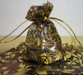 Bruin met gouden rozen