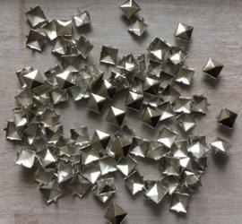 Studs vierkant zilver 10 mm. 30 voor