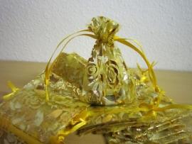 Geel met gouden roosjes