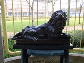 Grote pepatineerde bronzen sculpture van liggende leeuw