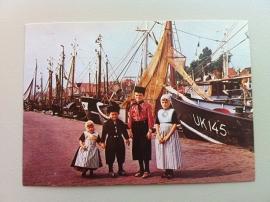 Urk, havengezicht met kinderen in klederdracht