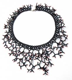 Twigs Necklace- zwart met rode uiteindes