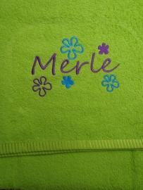 """Handdoek borduren met  """"Bloemen"""" met naam 70x140 cm"""