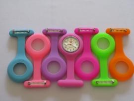 Horloge voor verpleegkundigen  bij ons met 7 gekleurde hangers !! (Verpleegstershorloge)