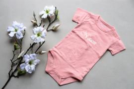 Rompertje licht roze met naam maat 62/68