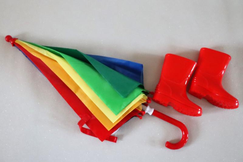 Rode regenlaarzen maat 20 en paraplu met naam