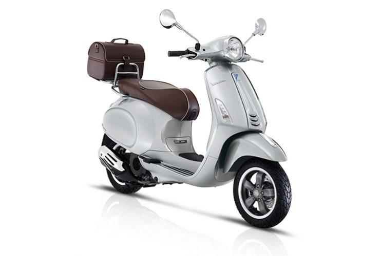 Vespa Primavera 70'sVanwege het 70 jaar bestaan van Vespa zijn er gelimiteerde uitvoeringen gemaakt. De scooter is er in 2 schitterende kleuren en zijn voorzien van een achterdrager met speciale tas en een zeer mooi, speciaal Vespa 70th leren zadel.