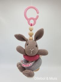 Wagenhanger / Maxi cosi hanger rammelkonijn roze/grijs