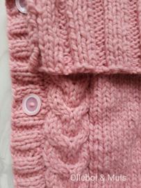 Gebreide trappelzak / voetenzak roze