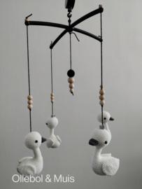 Muziekmobiel zwart met witte zwaantjes