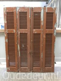 nr. L525 set van vier bruine louvre luiken