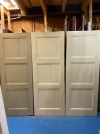 nr. 33 drie gelijke oude kastdeuren