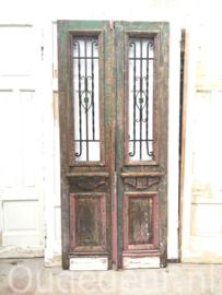 nr. set gekleurde oude voordeuren met smeedwerk