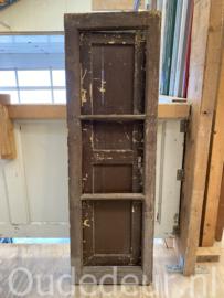 nr. r241 oude raam met luikje
