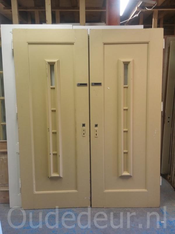 nr. v123 oude portiekdeuren grenen, meerdere stuks