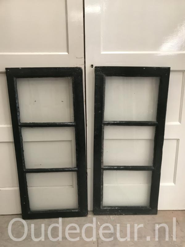 nr. r221 twee gelijke oude ramen