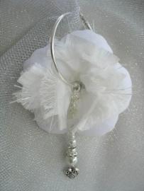 Bruids bloem oorbel ivoor met taftzijde, hartjes bedel, strass spacers  -  3