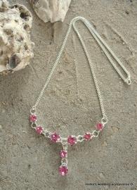 Verzilverd collier met 8 Swarovski strass steentjes in fuchsia