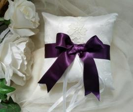 LK 58 kussentje Lisa in wit en ivoor met paarse strik   U-5