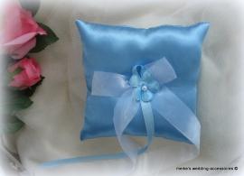 ringkussen 15-43  lichtblauw met bloemetje          (u-3)