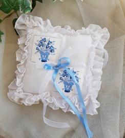 Kussentje  H-4  tulpen  wit met blauw  NIEUW !!