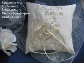 Ringkussen  B - 1   hoekapplicatie  wit - ivoor -champagne - goud of zilver borduursel  NIEUW !!    (u-15)