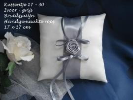 Ringkussen 17-30  ivoor-grijs  met grote roos  NIEUW !!
