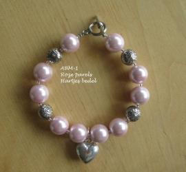 Armbandje  (bruid)  met roze parels en een hartjes bedel  ABM-1