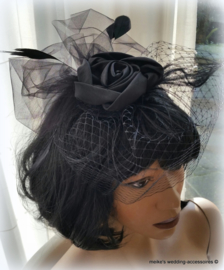 Birdcage met fascinator- struisveren -french netting in zwart