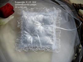 Ringkussen wit  R-14  geborduurde satijn met ruche   NIEUW !!