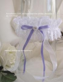 Kouseband  A-34  Wit met lila /wit lintje, pareltjes en wit roosje
