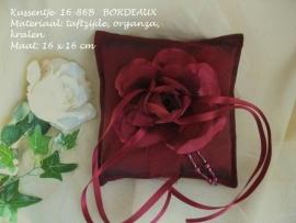 Ringkussen 16-68B  Bordeaux met grote roos