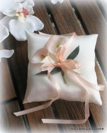 Bloemen ringkussentje ivoor met zijde  zalmroze calla`s  14-133  (u-3)