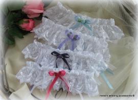 Kousenband  A - 7 Wit met lila - fuchsia - paars  of blauw strikje + roosje   (u-2)