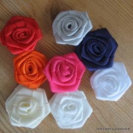 Satijn roosjes  25 mm in diverse kleuren