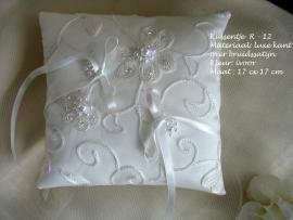 Romantisch ringkussen R - 12  ivoor met pareltjes   NIEUW !!