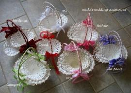 Strooimandjes off-white (biedermeier)  met decoratie in diverse  kleuren en twee maten.