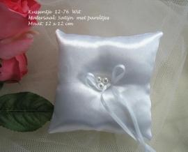 Ringkussen 12-76  Wit satijn met drie pareltjes  (u-3)