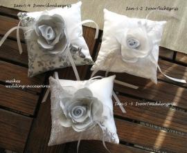 Ringkussen Ian-S /2  lichtgrijs, Ian-S/3  middengrijs en Ian-S/4 donkergrijs met bloem   (u- 3 tot 7)