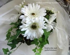 Mos hartje met  (zijde) bloemen als ringkussentje