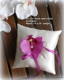 Ringkussentje ivoor met roze-paars (violet) orchidee  14-130  (u-3)