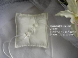 Ringkussen 12-68  ivoor met roosjes  (u-3)