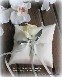 Bloemen ringkussentje met zijde ivoor calla`s  14- 132    (u-3)