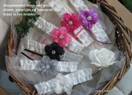 Kousenbanden ivoor met grote bloem in diverse kleuren