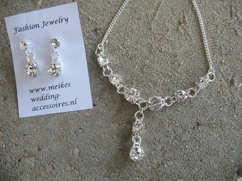 Verzilverd collier met 8 strasssteentjes  diamantlook- Swarovski