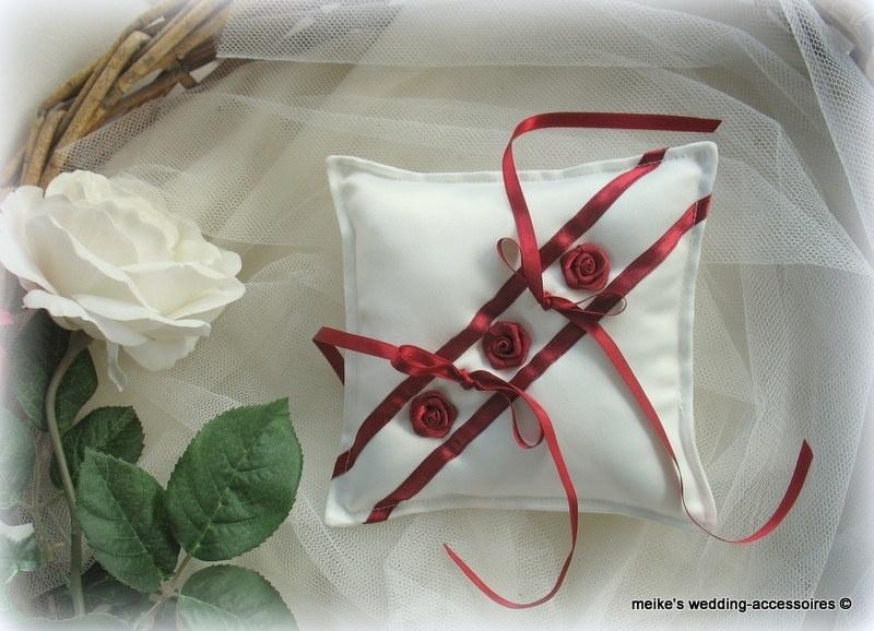 Ringkussen 17-7  Ivoor-donkerrood , paars of fuchsia met roosjes