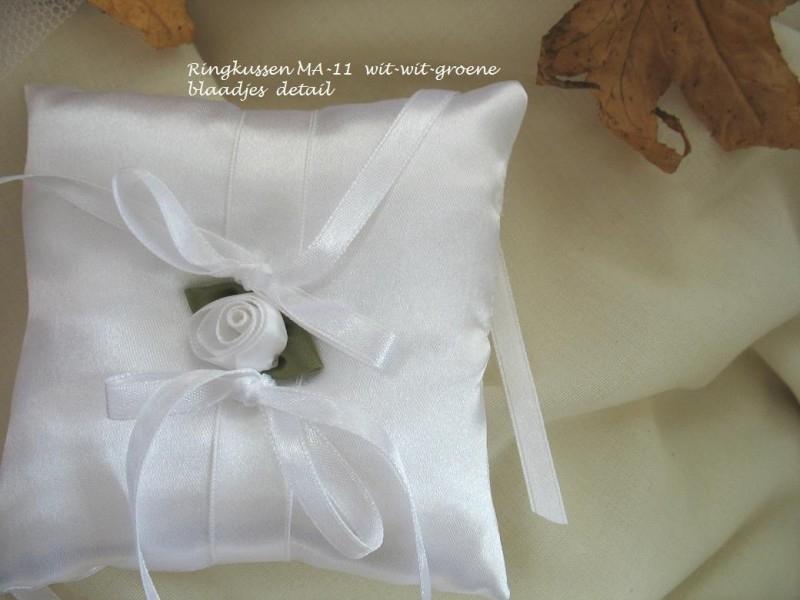 Ringkussen MA-11  Wit met wit roosje  NIEUW !!   (u-2)