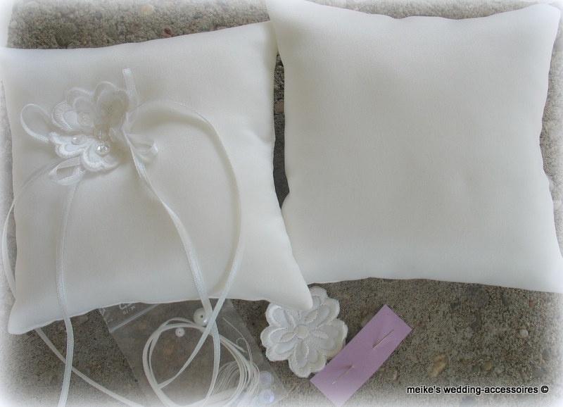 Pakketje  bloem-2  14 x 14  ivoor  bruidssatijn (u-3)