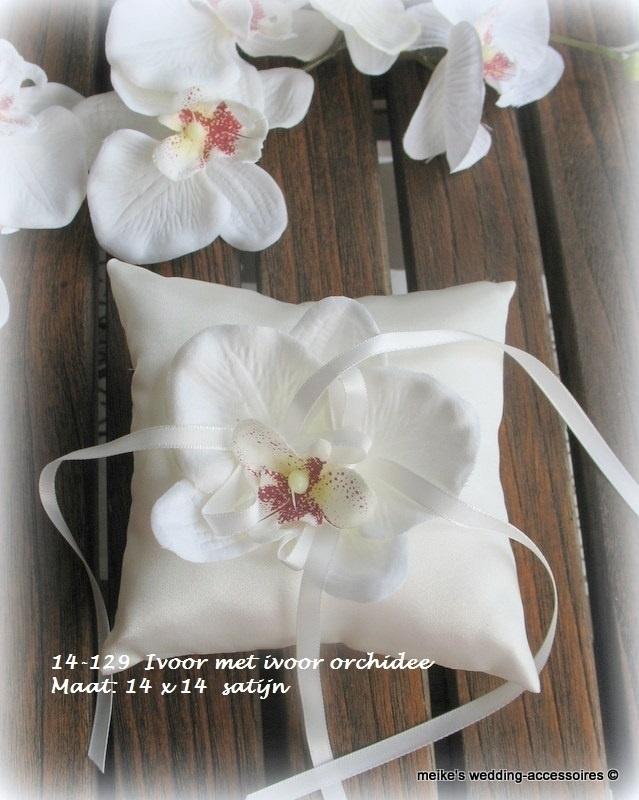 Ringkussentje met zijde bloem   ivoor orchidee  14-129   (u-3)