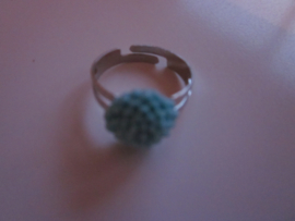 Ringetje met blauw chrysantje